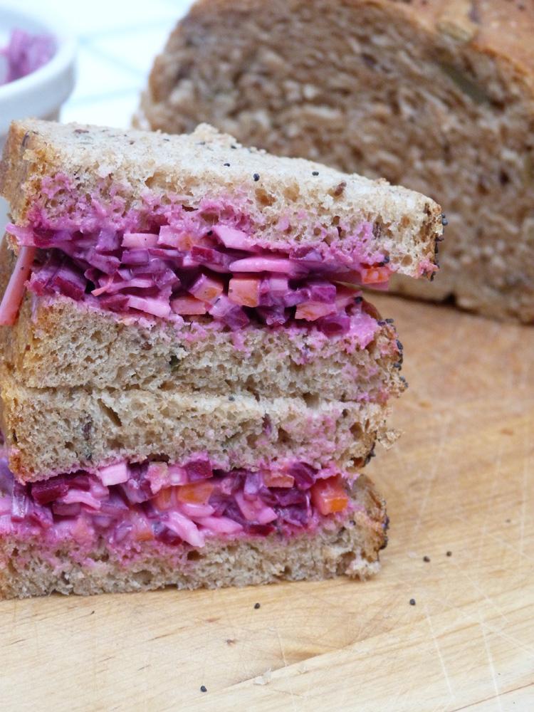 sandvitx d'hortalisses d'arrel amb pa de motllo integral d'espelta